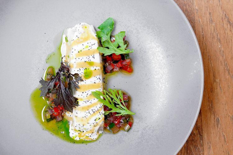 La parte nobile del rombo, ossia Rombo bernese di mare, salsa di ricci di mare e datteri, verdure fermentate. Il pesce è cotto a bassa temperatura(45°), la bernese di mare è realizzata con la pelle del rombo, ne sfrutta il collagene