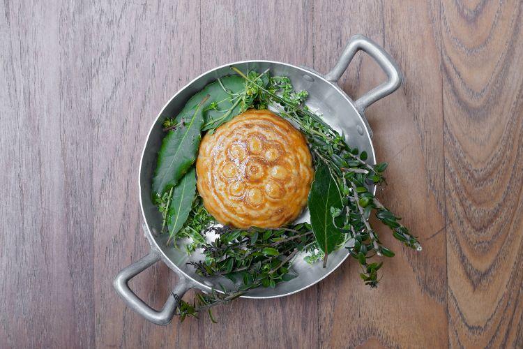 Gatah di ritagli di agnello. Il gatah è un pane dolce tradizionale armeno, in questo caso declinato nel mondo salato