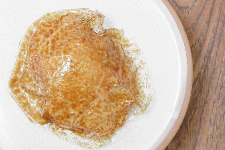 Pane ai cereali: ovulato con muscovado, spuma di pane raffermo, gelato di Tumminia fermentata e crumble di pane. L'ovulato è una lamina di farina di cereali e acqua, by Ferran Adrià