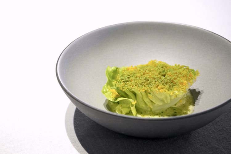 Cuore d'insalata osmotizzato nell'olio di tonno, beurre blanc, erba cipollina, polvere di rucola, tuorlo d'uovo marinato e grattugiato. Piatto molto fresco e godibile