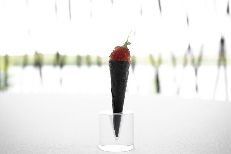 """Si parte con un """"aperitivo all'italiana"""": Cono di alga nori, tartare di tonno rosso, maionese di bottarga e melissa"""