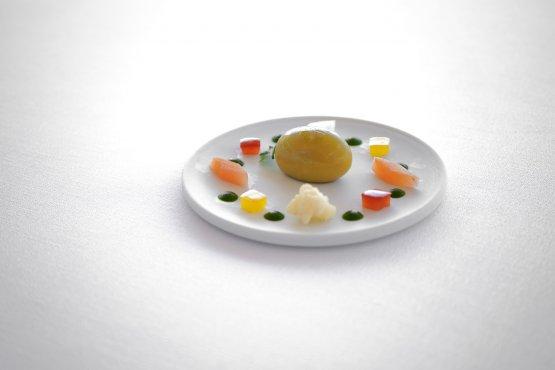 Insalata di rinforzo: oliva di pane, pomodoro e alici, finocchi, peperone rosso, peperone giallo, cavolfiore