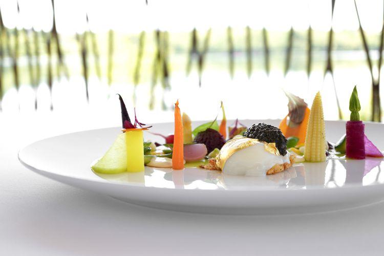 Uovo Fabergé: uovo del Trentino pochée, caviale, quenelle di rapa rossa, crema di piselli, spuma di patate, verdure marinate, sottolio e sottaceto