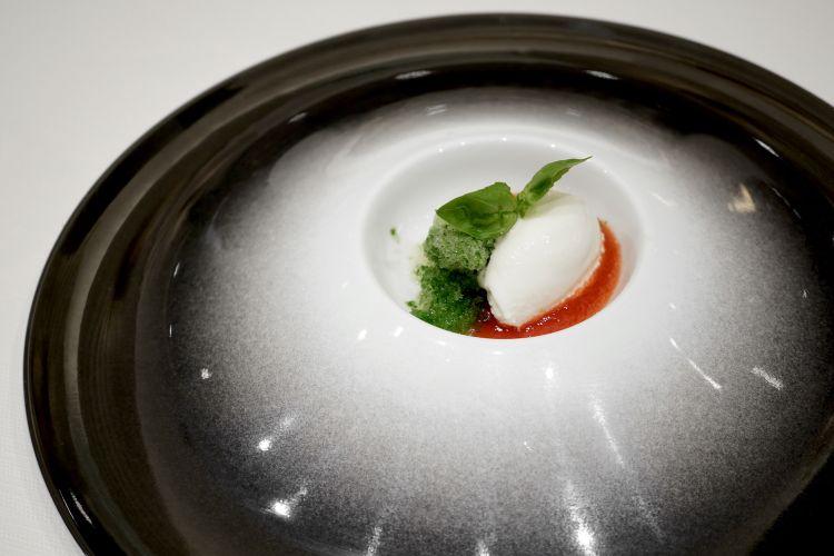 """""""Caprese"""": salsa di pomodoro, granita al basilico, la sua foglia, gelato alla mozzarella"""