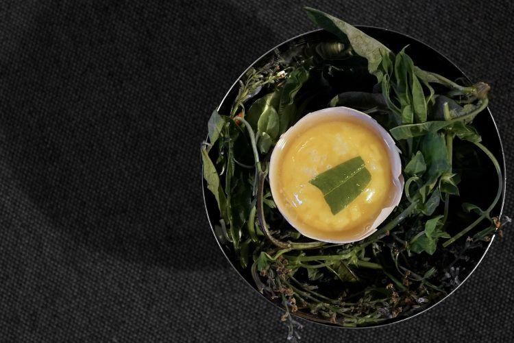 Uovo all'ostrica, condito con succo di limone, sale ed erba cedrina