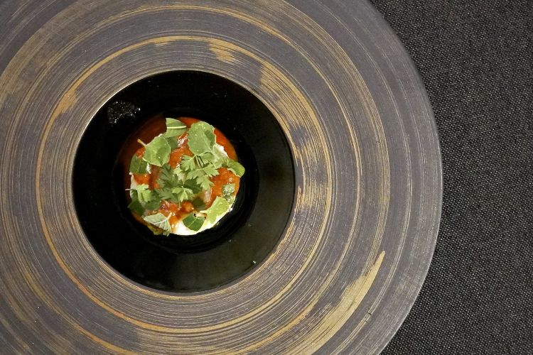 Patata, gambero rosa e agrumi (con carota selvatica, erba cedrina, olio al mandarino, nepitella, pepe di Timut, brodo di pomodoro al cacciucco). Anche questo assaggio è molto convincente