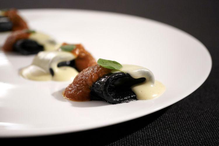Pacchero cotto in carbone vegetale, pomodoro allo sgombro, origano fresco, Parmigiano Reggiano in diverse stagionature (26, 36, 84 e 120 mesi). Ovviamente buonissimo
