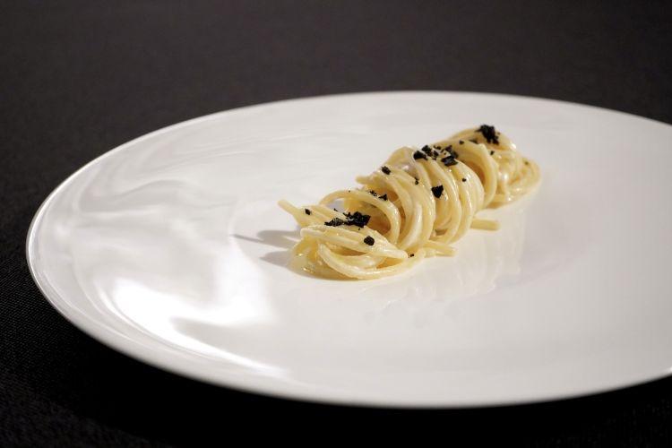 """""""Pasta all'Alfredo"""" con panna, limone e fegati di moscardini essiccati"""