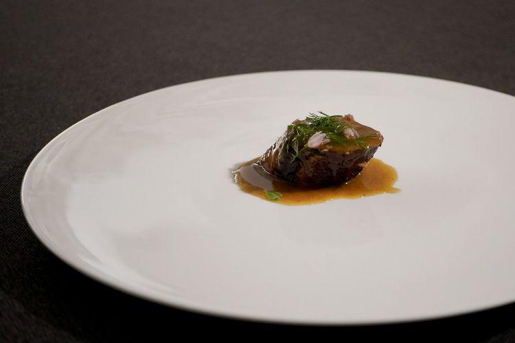 ...di questo Collo di pollo farcito, aglio selvatico, finocchietto, fondo di cottura. «Sappiamo ancora usare le padelle»