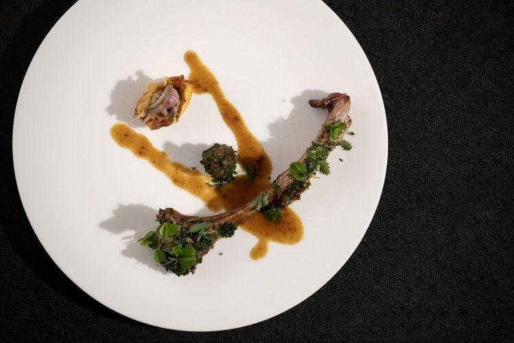 Agnello di Zeri: tomahawk cotto nel burro con erbe aromatiche, il suo fondo, la tartare del lombo, nespola, lardo di Colonnata tostato