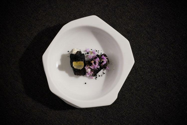 Quarto servizio: Carpaccio di lombetto di agnello di Zeri, carbone vegetale, limone candito, cagliata, fiori di rosmarino