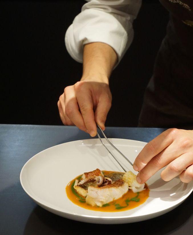 Lo chef Edoardo Traverso al lavoro