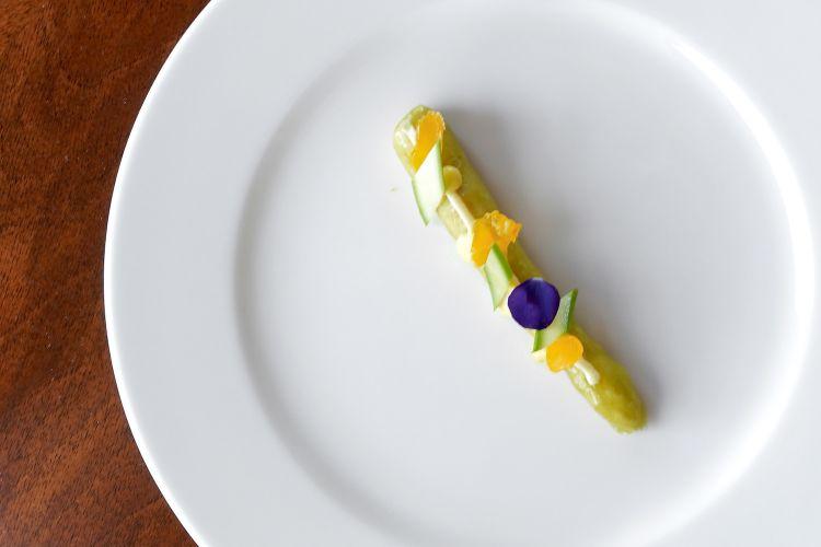 Asparago, cervella, carbonara. Il finto asparago è di mousse di cervella al limone con glassa di asparago, poi salsa carbonara (pecorino, tuorlo marinato, guanciale, panna), salsa olandese al limone e timo, tuorlo marinato, asparago crudo