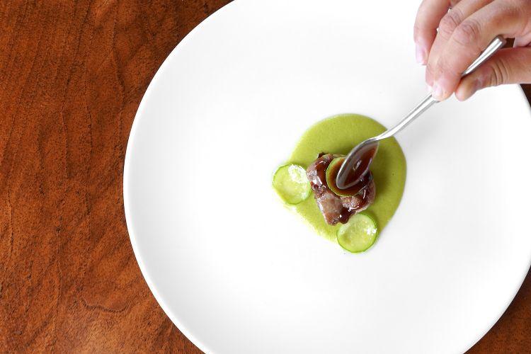 Anima mia: animella di vitello, crema di zucchine, curry verde, menta, fondo bruno, zucchine marinate