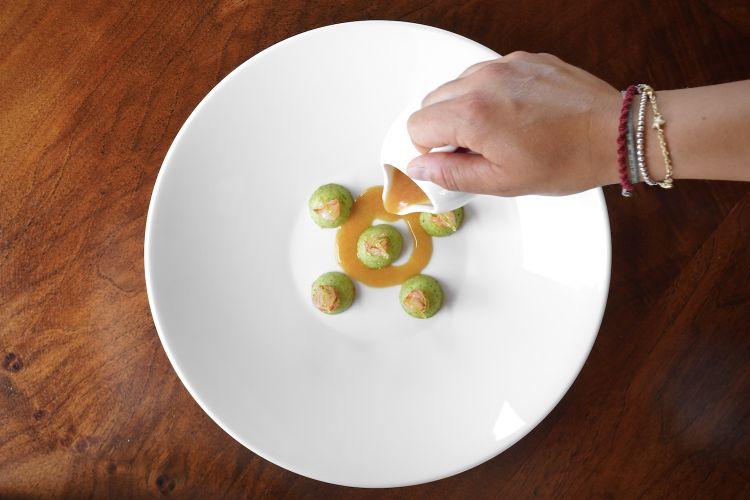 Eccellente questo Bon-Bon: gnocchidi zucchine trombetta al vapore, gambericrudidi Mazara del Vallo, limone candito, ristretto di pesca allo zafferano e pomodoro