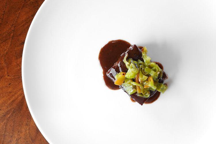 Sorprendente l'Impepata di coppa, una coppa di maiale con salsa al pepe, uva e friggitelli. Godibilissimo, pulito, armonico, azzeccato