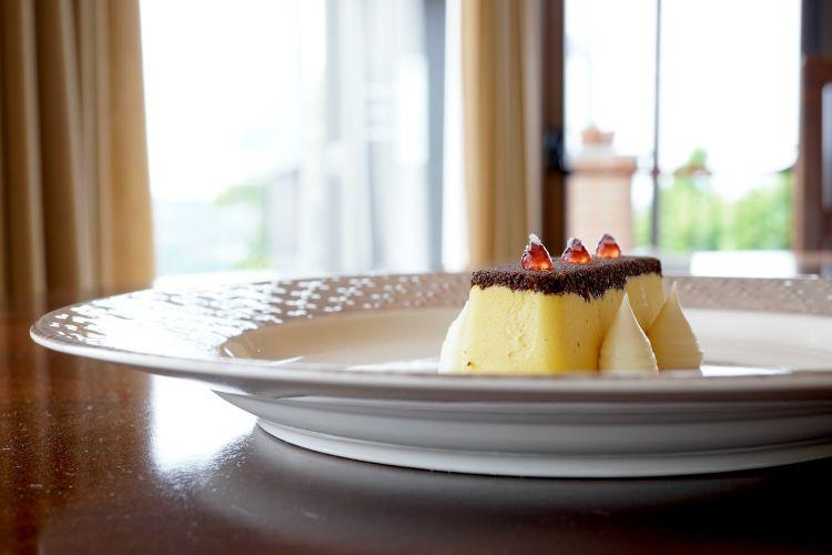 Notti al Bar Dante: semifreddo alle arachidi salate, biscotto al cacao, namelaka di Ivoire Valrhona e lime, gel al Campari