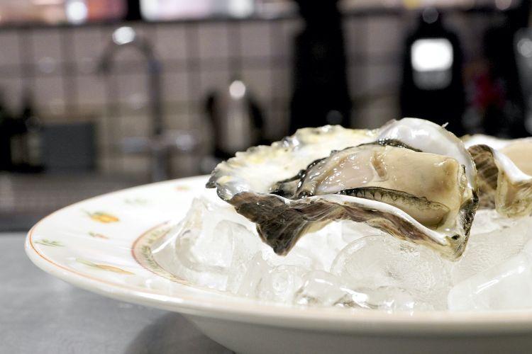 S'inizia con un'ostrica La Perla del Delta, deliziosa, allevata in acqua marina dolce. A parte il pane, buonissimo, realizzato con farine semintegrali. Si accompagna con un battuto di lardo, strepitoso, e con burro acido