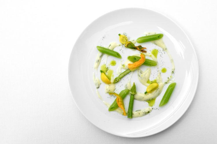 Penne di gambi di zucchina, salsa bernese, fiori di zucca e zucchine. La bermese è fatta senza burro, con olio di vinacciolo