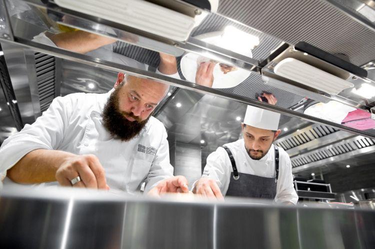 Schingaro al lavoro nella cucina del Due Camini (foto di Davide Dutto)