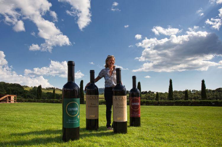 Elisabetta Gnudi Angelini con delle speciali maxi bottiglie di Caparzo