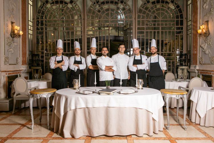 La brigata del ristorante (ph. credits Aromi.group)