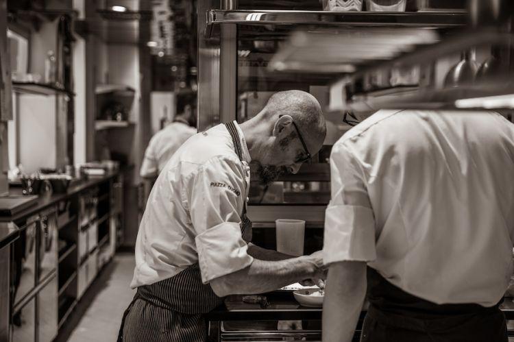 Enrico Crippa al lavoro in cucina al Piazza Duomo in uno scatto di Letizia Cigliutti