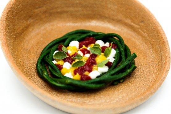 Il fagiolino pinto è uno degli elementiche compone il piattoOrtaggi verdi(presente nel menuMediterraneo di Domingo Schingaro al ristorante Due Camini), servito con lattuga grigliata, mugnoli (tipici broccoli pugliesi), tartufo e un finto foie gras di rana pescatrice