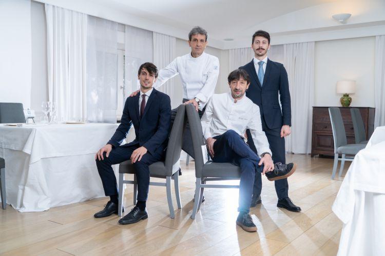 Sandro e Maurizio Serva, chef del ristorante La Trota, con i figli Amedeo e Michele Serva, che stanno in sala
