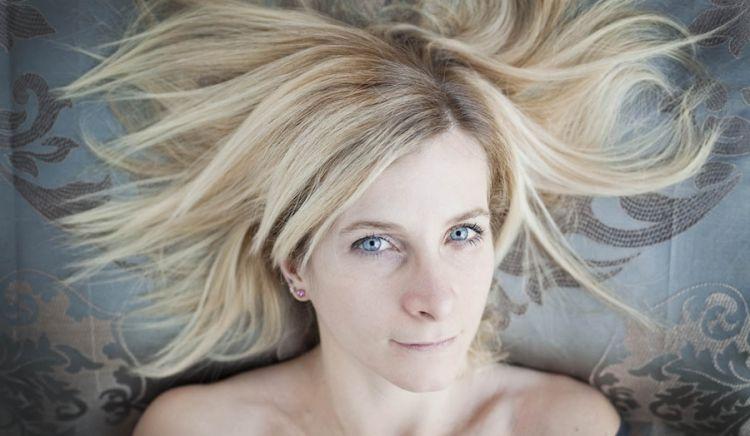 Loretta Fanella ritratta dall'alto, con la testa su un cucino, da Alessandra Tinozzi