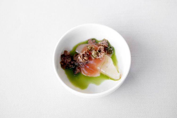 Carpaccio di ricciola, capperi, olive e pomodori