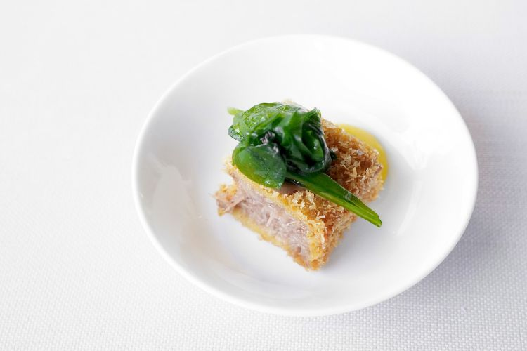 Lingua di vitello in doppia cottura, salsa all'aglio nero, maionese allo zafferano e spinacini