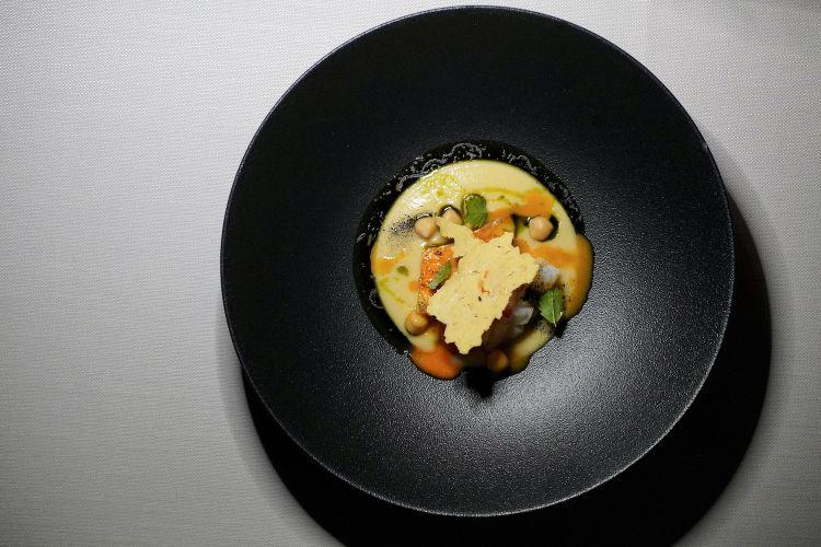 Ottima conclusione salata con questo Ceci di Norcia, triglia, calamaro,gambero rosso di Sicilia, polvere di nero e aceto di ceci