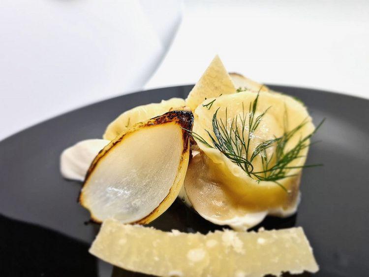 Parmigiano Reggiano 40 mesi, pelmeni e cipolle, del ristorante Bk in Francia