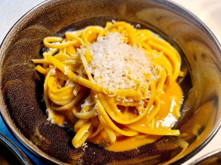 Parmigiano Reggiano 40 mesi, ananas e gamberi d'acqua dolce, del ristorante Le Relais du Cochein Francia