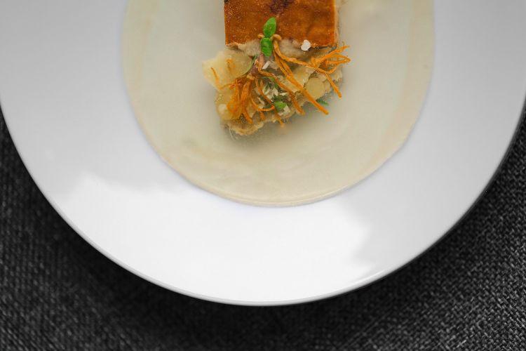 Parmigiano Reggiano 40 mesi, foie gras e topinambur, del ristorante Saint Lazare in Francia