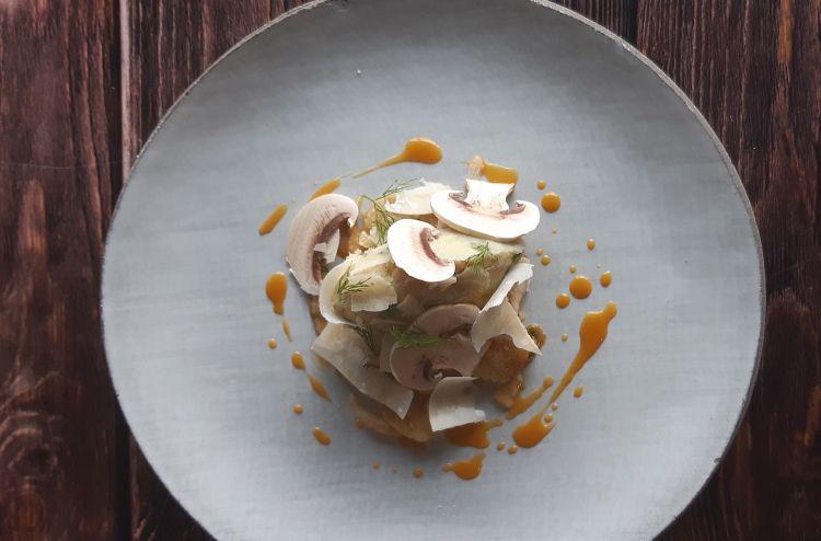 Parmigiano Reggiano 40 mesi, merluzzo, brandade, finocchio, arancia e funghi, del ristorante Senso in Francia