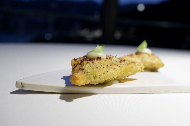 Wonton con rognoni di coniglio, pecorino bagnolese, salsa verde, composta di limone e sommacco, una delizia