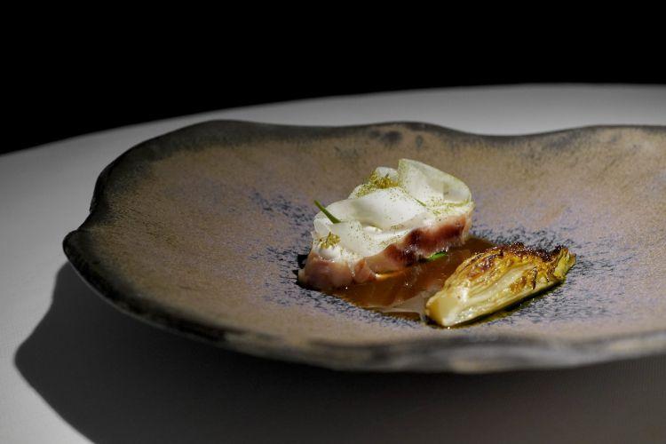 Cernia maturata 22 giorni, rafano, daikon sott'aceto, conserva di finocchietto selvatico, lattughino, estrazione di spezie e agrumi