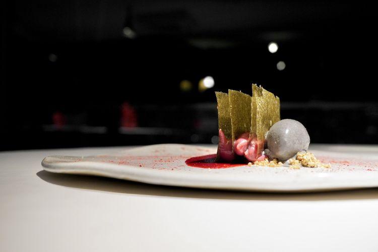 Sfoglie di ovulato con alga nori, lampone fermentato, ganache di cioccolato bianco e lampone, gelato al sesamo tostato, salsa al Campari