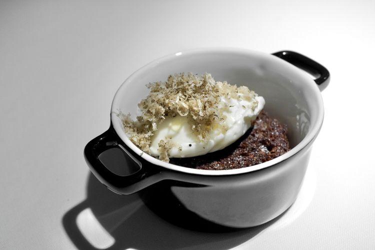 Pan brioche e Nutella. La Nutella è un gelato bianco, ottenuto da un distillato di nocciole; il pan brioche è nero, ossidato con l'Ochoo. Poi tartufo di Giffoni. Gran finale