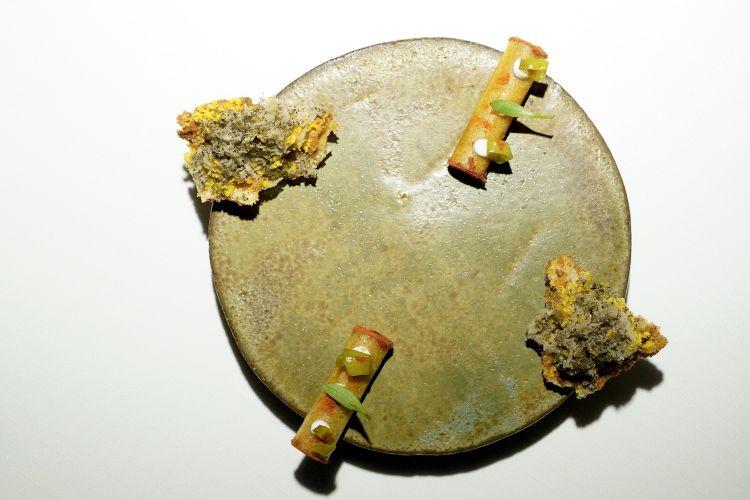 Cannolo di pomodoro, stracotto di polpo, pikle di jalapeño e yogurt maison; poi Sfoglia di miso di semi di zucca, mandorle amare, Lapsang Souchong, tuorlo d'uovo e tartufo