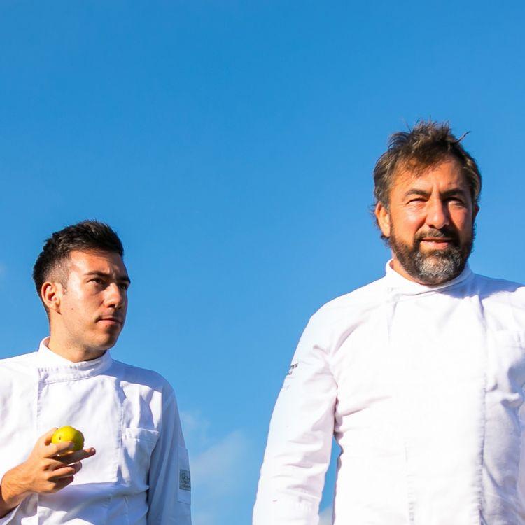 Franco Franciosi e Francesco D'Alessandro, chef del ristorante Mammaròssa di Avezzano (L'Aquila), premiatida Alfredo Colangelo, Direttore Commercialedi Birra del Borgo