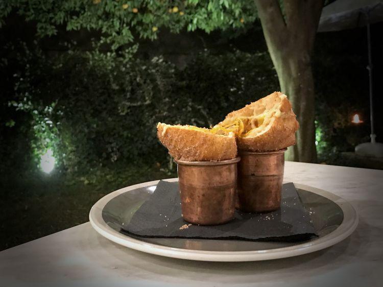 Finale dolce con la Pastiera fritta, ancora di Stefano Pepe, un omaggio al grande pasticcere campano Alfonso Pepe: un cono fritto con crema pasticcera, fiordilatte, zucchero, cannella, nocciola, canditi, zest all'arancia. Crea dipendenza