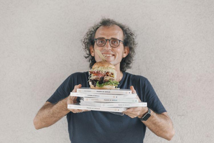 Andrea Graziano, patron di Fud, con alcune copiedel libro...