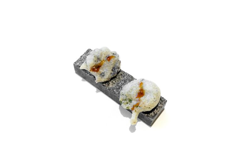 Foglie di shiso in tempura, gel di agrumi, tè verde aromatizzato alla menta, asperula e limone
