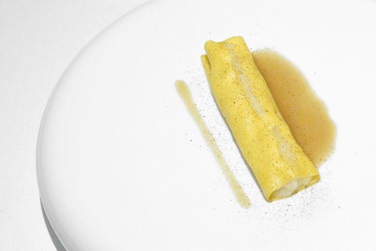 Cannellone tiepido alla mugnaia: ricorda la Sogliola alla mugnaia, è ripieno patate e sogliola, poi gel di verbena, salsa al burro nocciola, polvere di capperi
