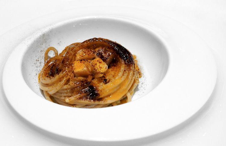 Ci hanno convinto meno - a iniziare dalla texture - questi Spaghetti turanici al sugo di gallinella, asparagine selvatiche e liquirizia
