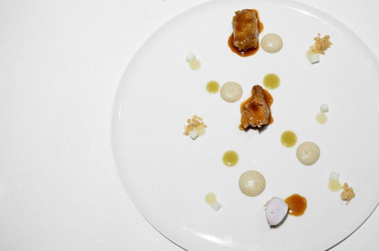 Le consistenze del coniglio, ossia coniglio della Lessinia in più declinazioni: qui la sella, la coscia e la spalla al bbq e glassate con una salsa di coniglio, poi mela, spuma di patate arrosto, olio al rosmarino. Gran piatto