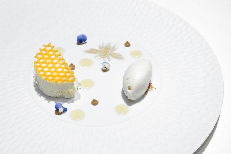 Sogni d'oro: mousse di camomilla, croccante al miele, assoluto di mandorle, gelato al fiordilatte e mandorle